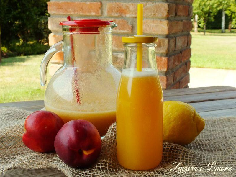 una bibita alcolica preparata con limone e ghiaccio