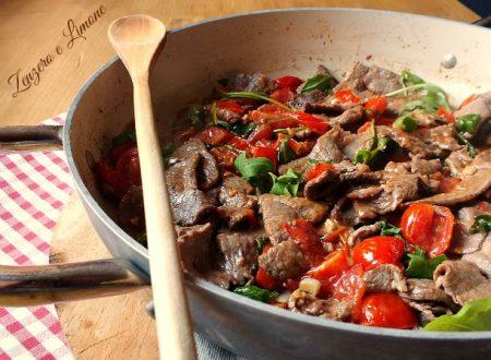 Straccetti di carne con pomodorini e rucola