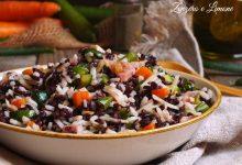 Insalata di riso nero e bianco con verdure