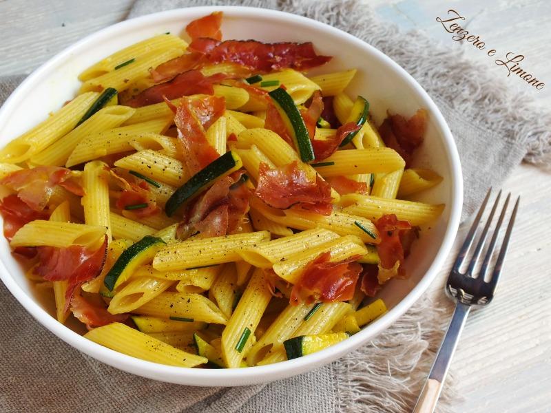pasta alla curcuma con zucchine