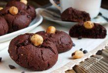 Biscotti al cacao e nocciole con gocce di cioccolato