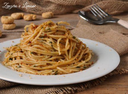 Spaghetti alle acciughe con pane croccante