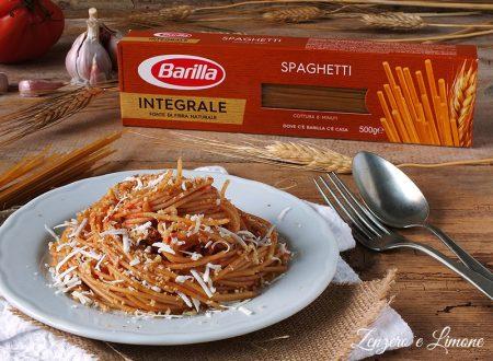Spaghetti integrali al pomodoro e pane fritto