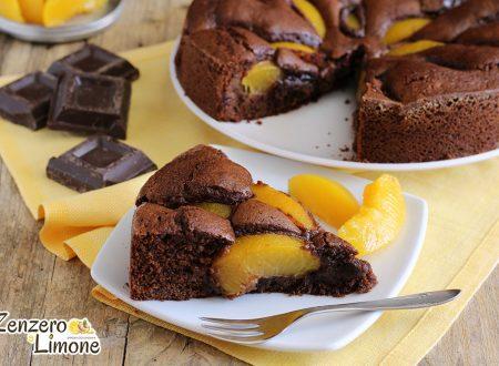 Torta cioccolato e pesche sciroppate