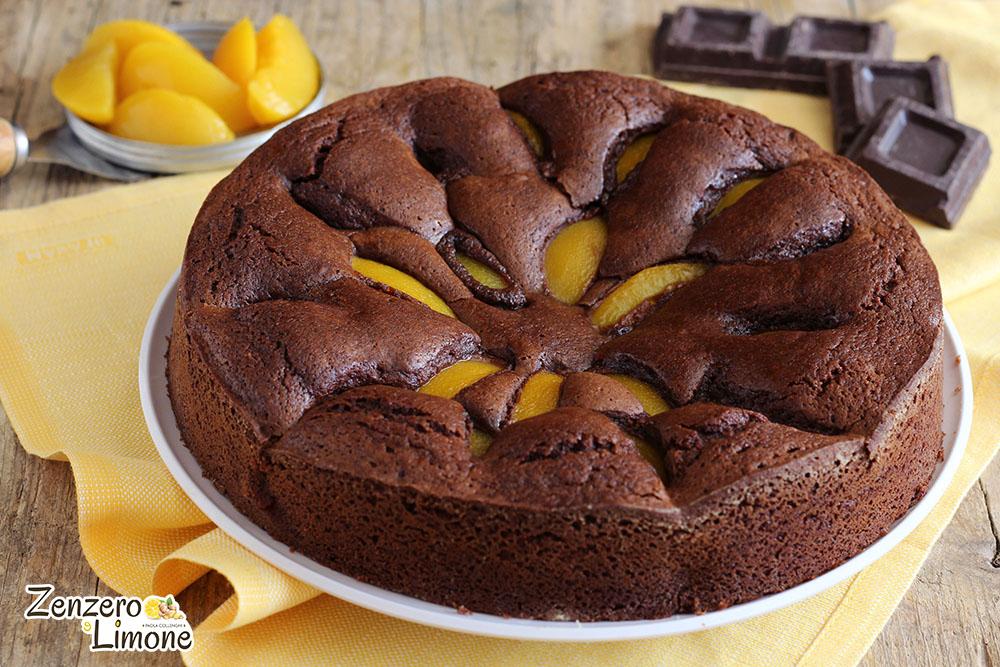 Torta cioccolato e pesche sciroppate - intera