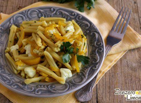 Pasta con peperoni e mozzarella in giallo