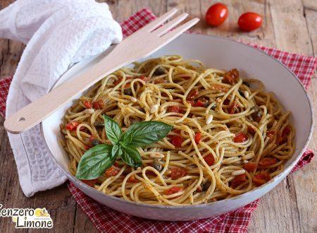 Spaghetti con pomodorini e pinoli, ricetta semplice e veloce