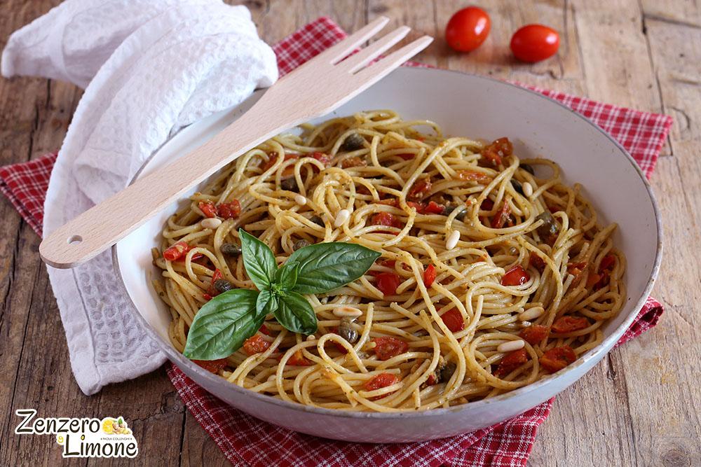 spaghetti con pomodorini e pinoli