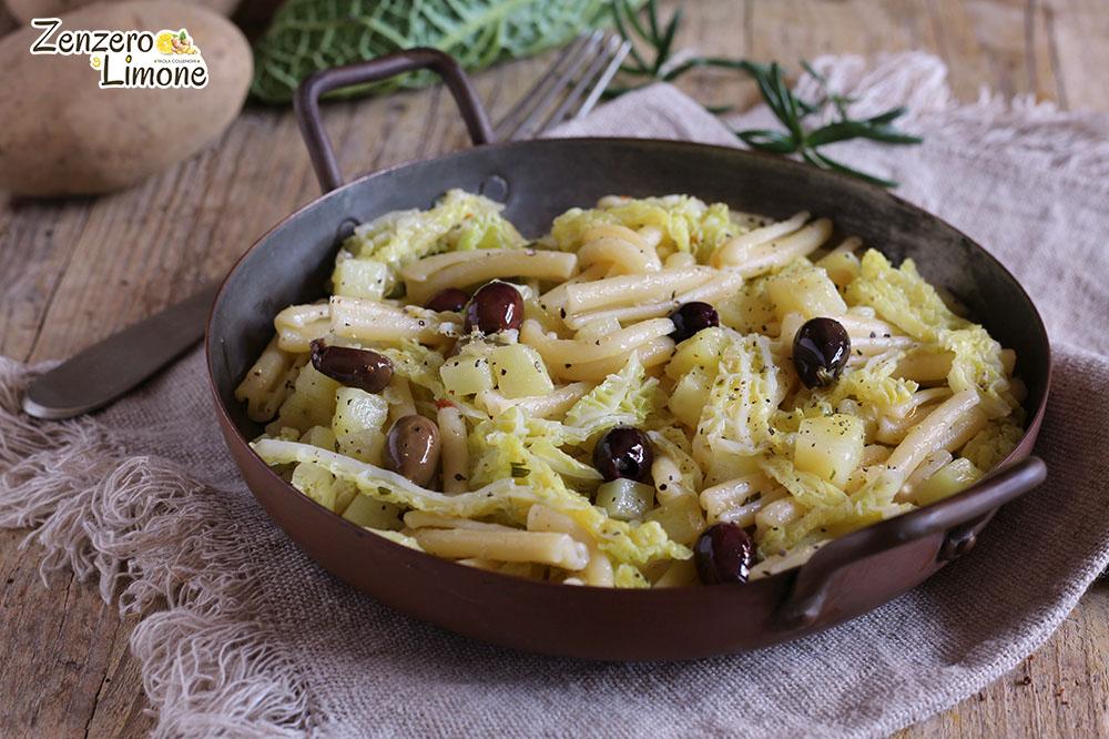 Pasta con verza, patate e olive nere