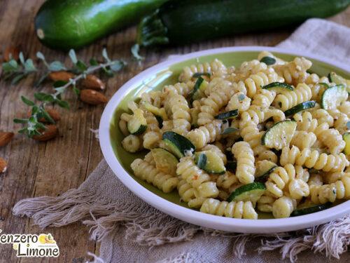 Pasta con mandorle e zucchine