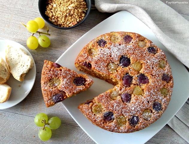 Torta di pangrattato con muesli e uva