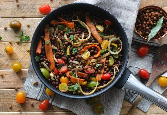 Roveja in insalata con verdure colorate