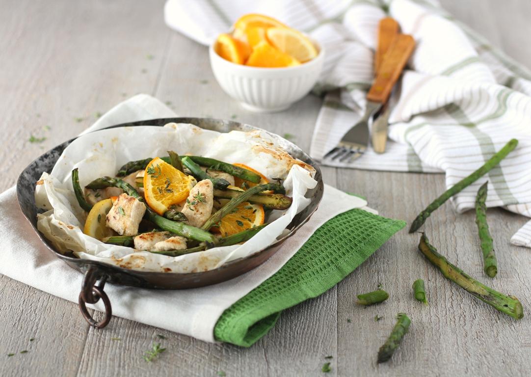 Pollo in cartoccio con asparagi miele e arancia - orizzontale