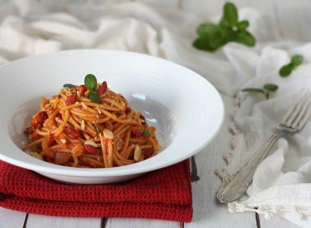 Spaghetti goji sugo di pomodoro e mandorle tostate