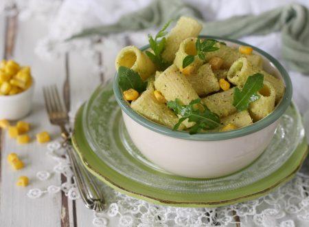 Pasta fredda con pesto di avocado zucchine e mais