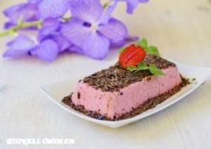 Bavarese con fragole e scaglie di cioccolato