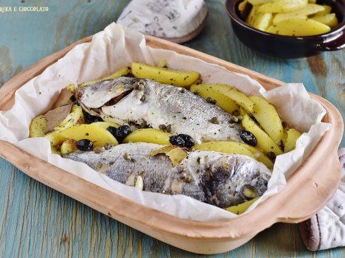 Orata al cartoccio con patate e olive