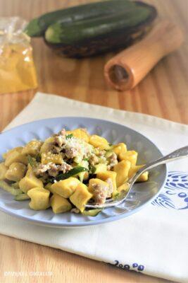 Gnocchetti alla curcuma con salsiccia e zucchine