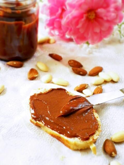 crema spalmabile al cacao e mandorle