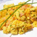 Uova strapazzate con salmone e erba cipollina