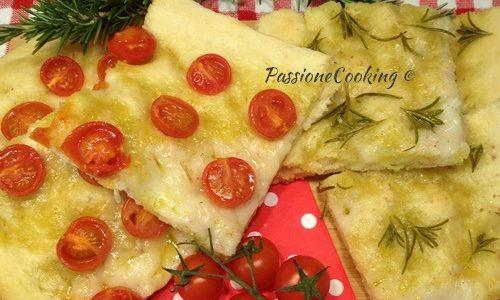 Focaccia morbida con pomodorini e rosmarino