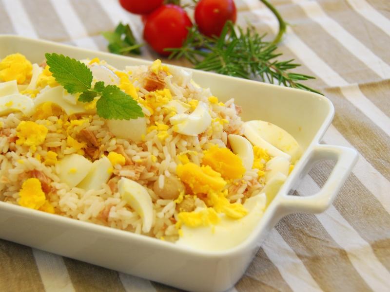 Insalata di riso con tonno uova e cipolline