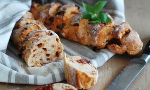 Baguette di semola con pomodori secchi