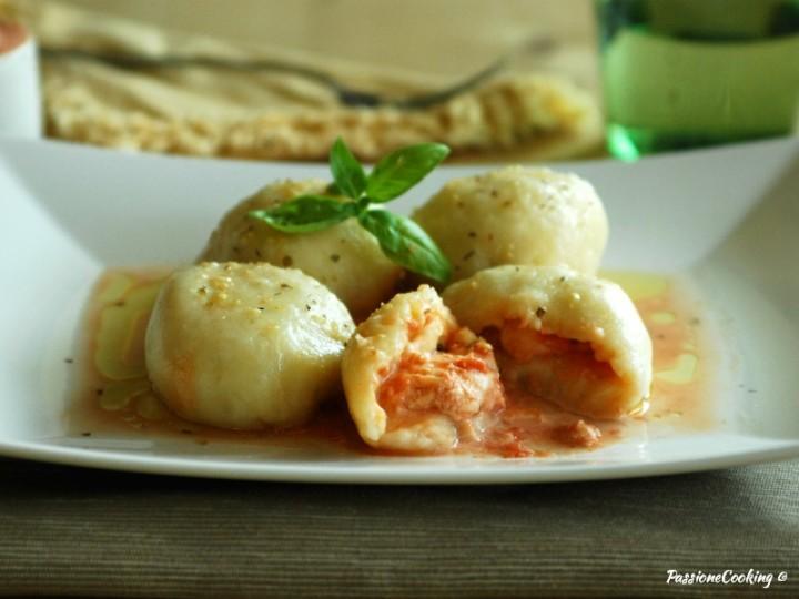 Gnocchi di patate ripieni alla pizzaiola - senza uova