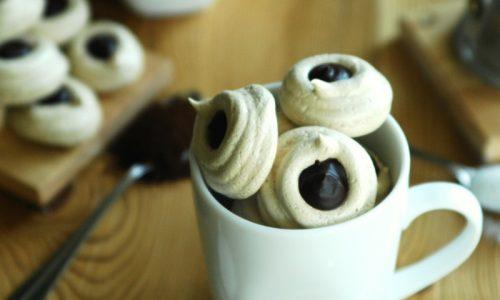 Mini meringhe al caffè con cioccolato