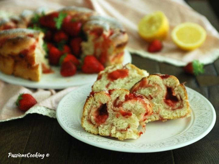 Ciambella con le fragole di pan brioche
