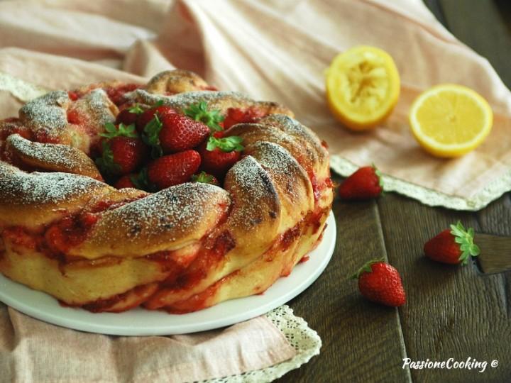 Ciambella di pan brioche con le fragole