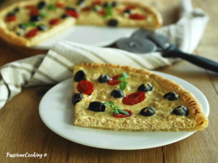 Pizza con pasta sfoglia tonno e olive