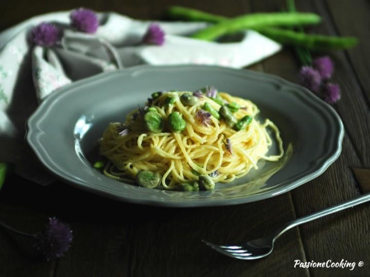 Spaghetti cremosi con fave e fiori di erba cipollina
