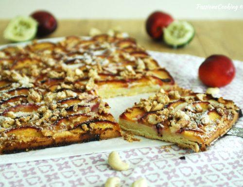 Torta con pesche, mascarpone al lime e anacardi caramellati