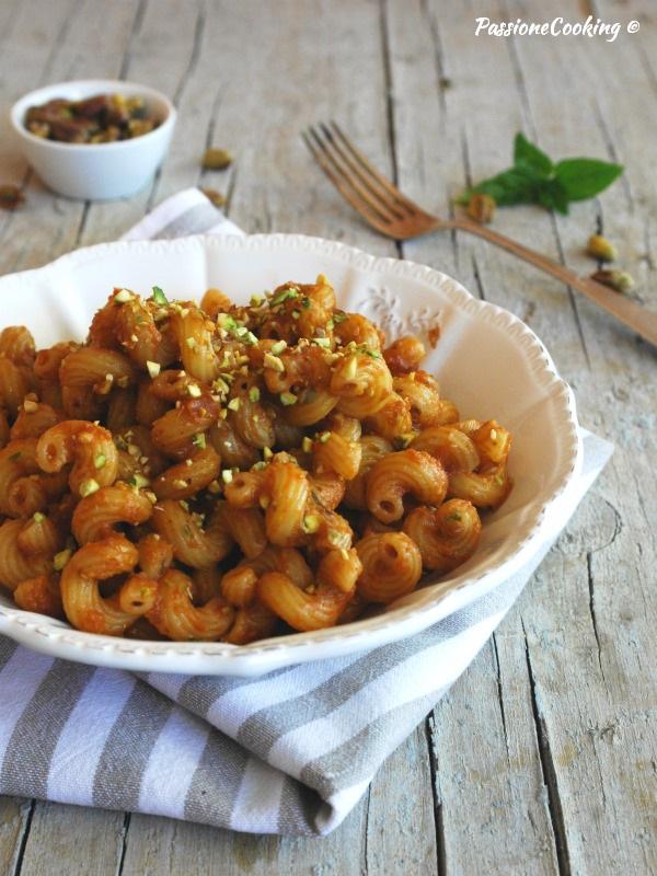 Pasta con pesto di pomodori secchi e pistacchi