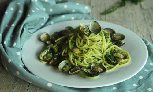 Spaghetti con vongole e pesto di prezzemolo e menta