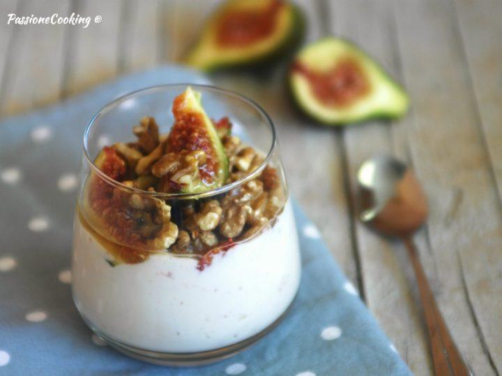 Dolce al Cucchiaio con Fichi Freschi e Yogurt Greco