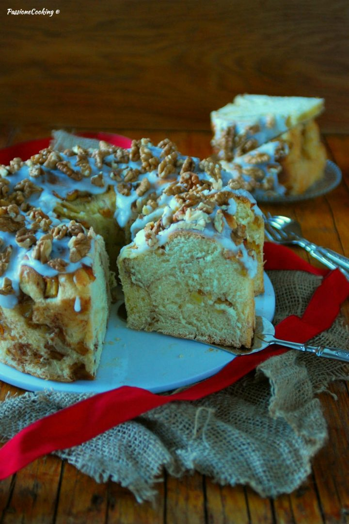 Ciambella di pan brioche con mele e noci
