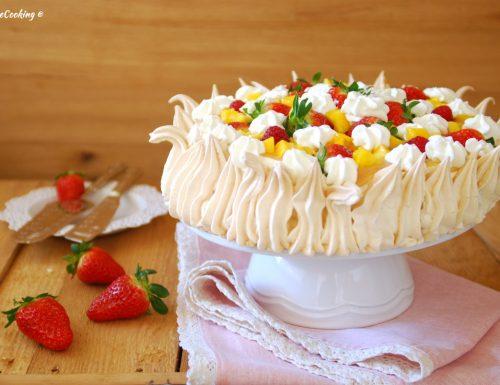 Torta pavlova con curd di fragole e mango