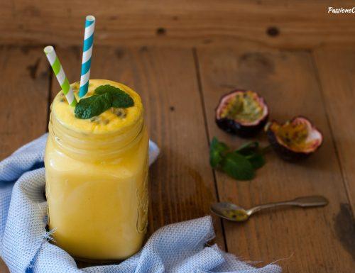 Smoothie all'ananas e mango con latte di cocco