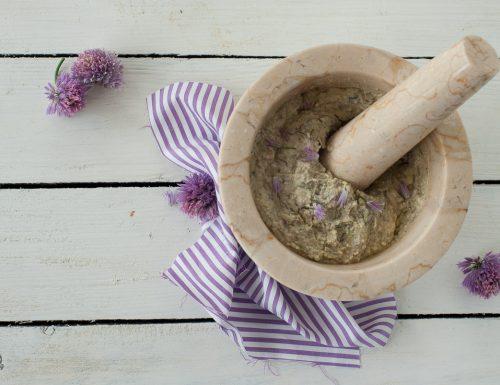 Pesto con fiori di erba cipollina e ricotta