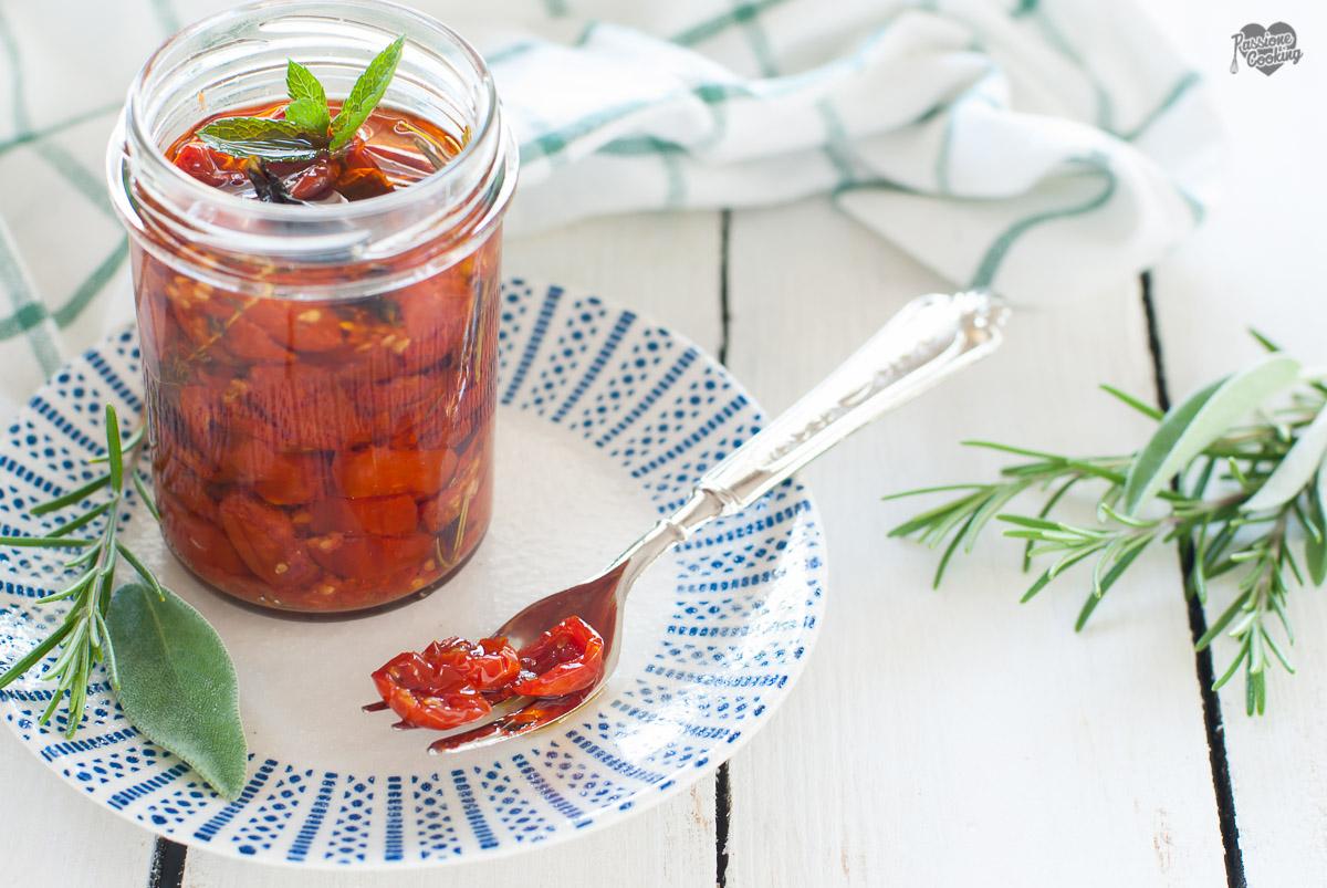 Pomodorini confit sott'olio con erbe aromatiche
