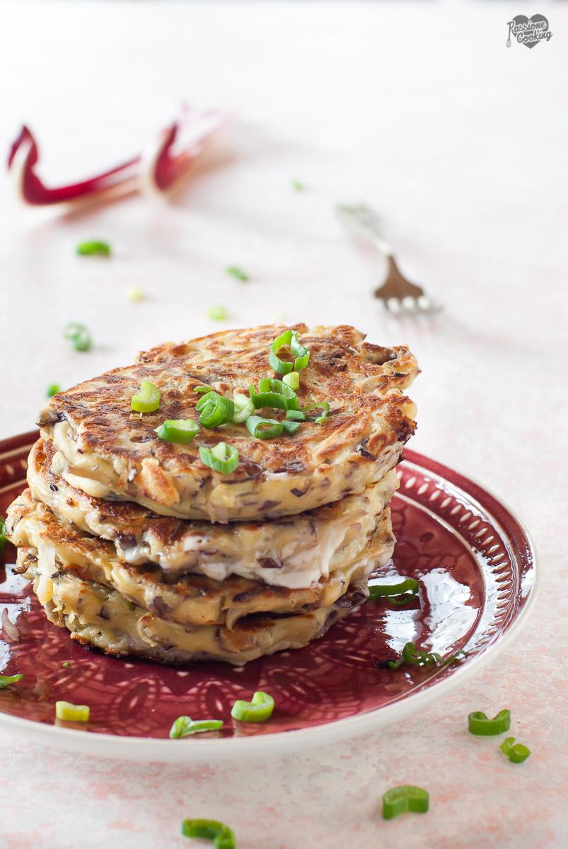 Pancake salati con radicchio, ripieni di stracchino