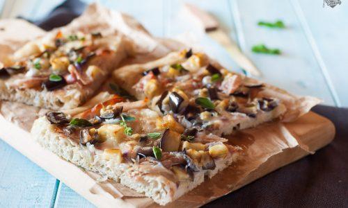 Focaccia con cipolle e speck – con farina di segale