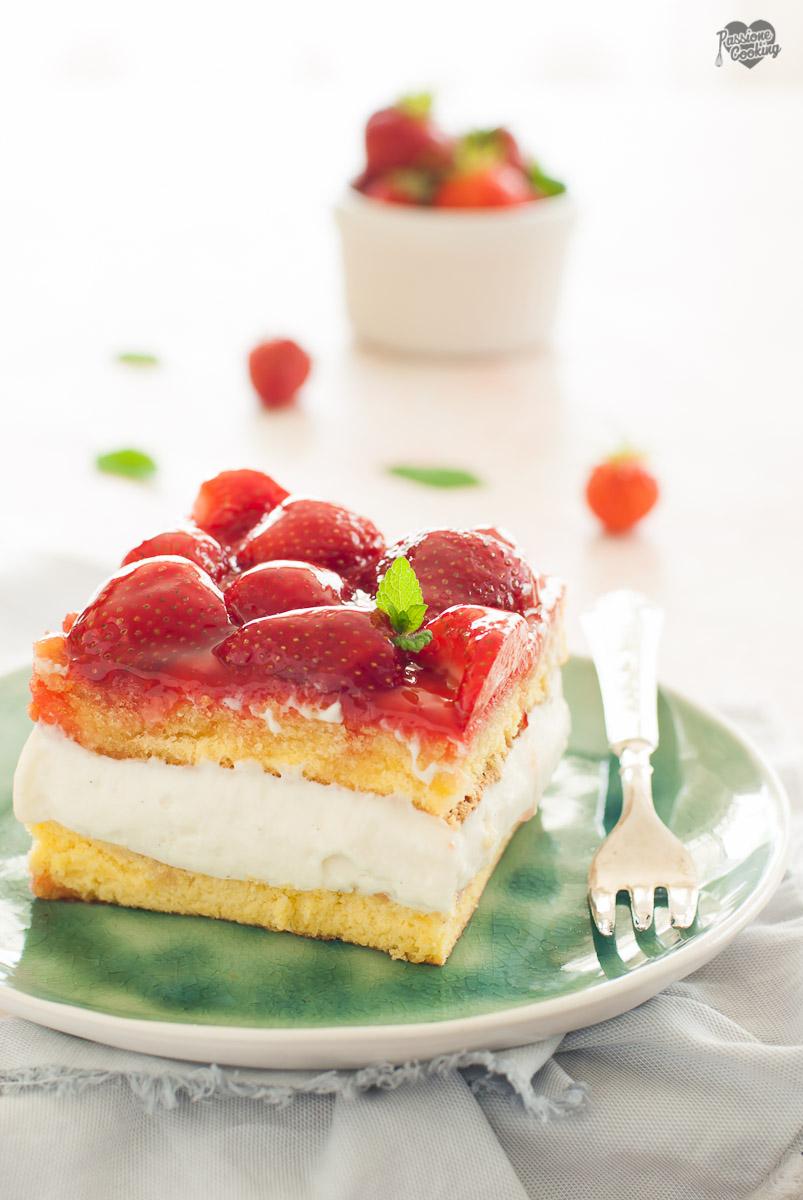 Torta con crema e fragole - fresca e golosa