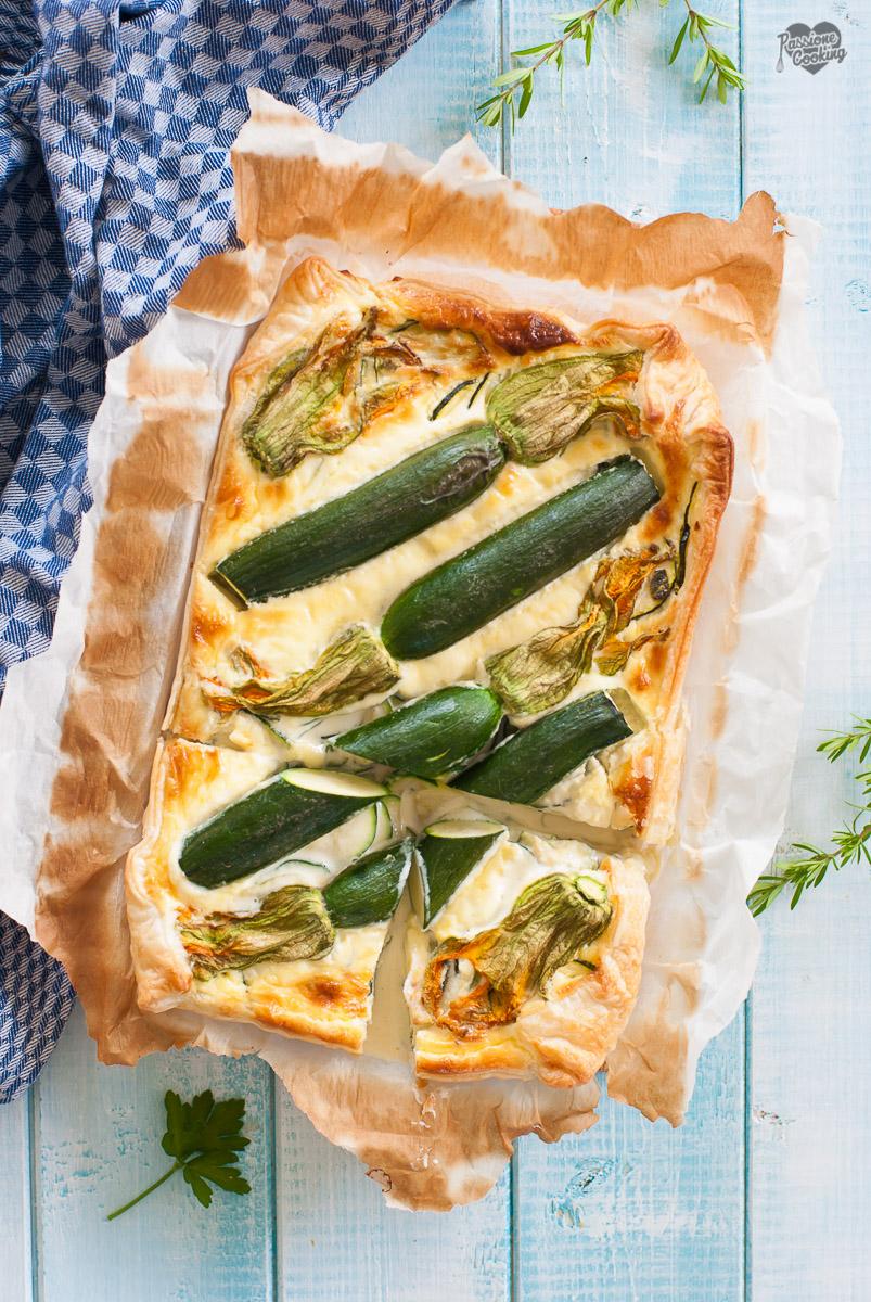 Torta di zucchine salata con fiori di zucchine