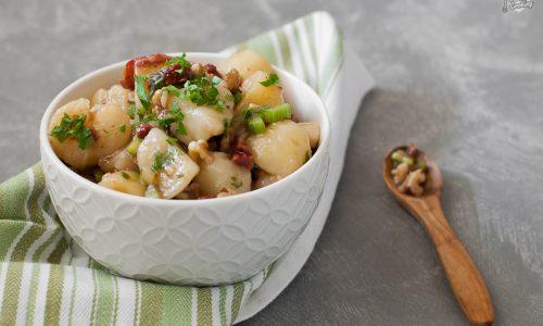 Insalata di patate con pomodori e noci