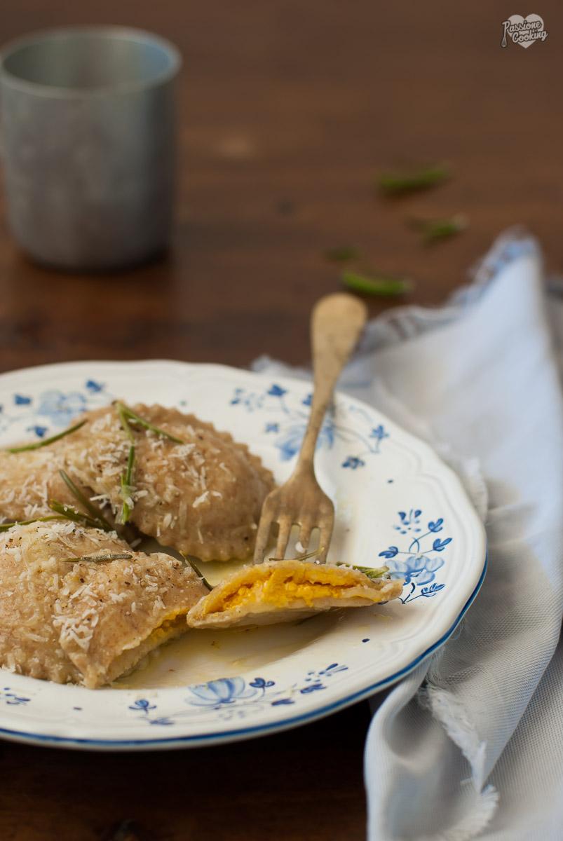 Ravioli di zucca con burro al rosmarino e limone