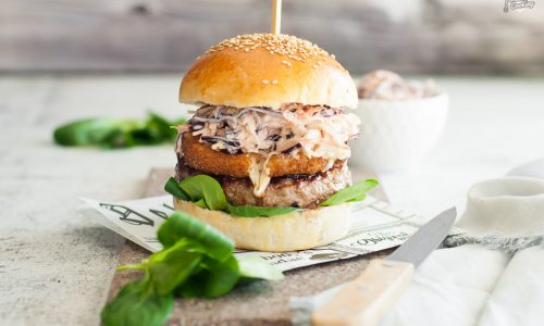 Panino con hamburger di carne e scamorza