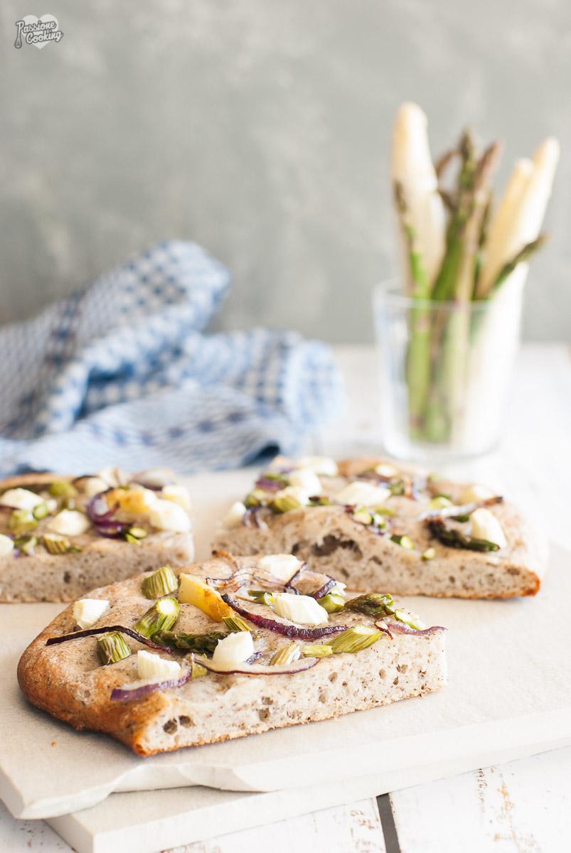 Focaccia al vino bianco e asparagi